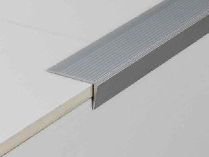 Grooved metallic stair nosing